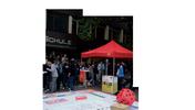 """Info-Stand der DGB-Jugend Berlin-Brandenburg mit vielen Menschen und Spielfeld, Aufschrift """"Berlin-Brandenburger Ausbildungsreport 2008. Beobachtungen, Analysen & Standpunkte zur Ausbildung in Berlin und Brandenburg"""" sowie Logo der DGB-Jugend"""