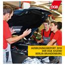 """Kfz-Lehrlinge bekommen am offenen Motor von Ausbilder etwas erklärt, Aufschrift """"Ausbildungsreport 2010 der DGB-Jugend Berlin-Brandenburg"""" sowie Logo der DGB-Jugend"""