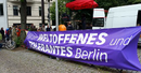 """Kundgebung mit lila Banner """"Für ein weltoffenes und tolerantes Berlin"""""""