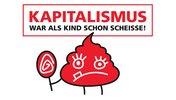 """Slogan """"Kapitalismus war als Kind schon scheiße!"""" mit kleinem, roten, grimmig guckenden Kackhaufen, der einen Lolli hält."""