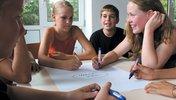 Kinder planen ihre Ziele und schreiben sie auf einer Mindmap auf