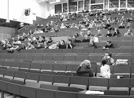 Frontaler Blick auf das Auditorium eines Hörsaal mit Studierenden